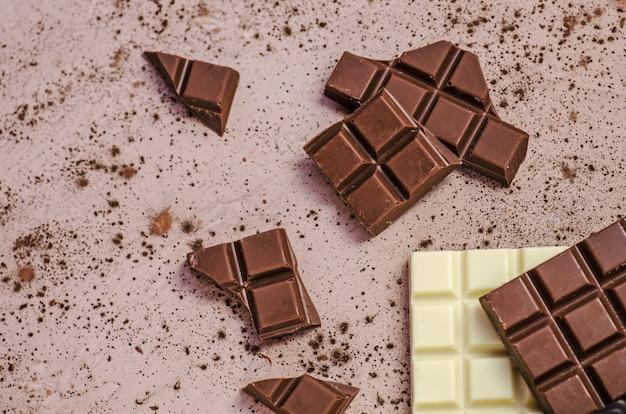 Barras oscuras, de leche y chocolate blanco.