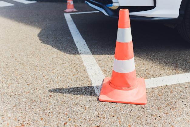 Barrera. el pasaje está cerrado. entrada cerrada. la entrada está prohibida. área protegida y restringida, límites. barreras de carretera de hormigón de rayas rojas y blancas sobre el pavimento de asfalto.
