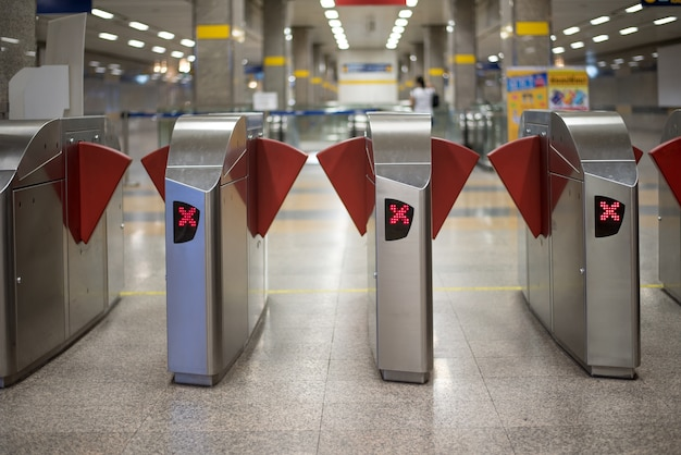 Barreras automáticas de boleto de control de acceso en la estación de metro