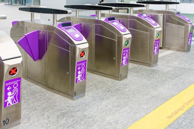 Barreras automáticas de boletos en la entrada del metro para tren, ferrocarril, metro