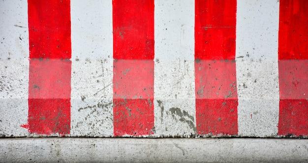 Barreras de hormigón rojas y blancas bloqueando la carretera - primer plano