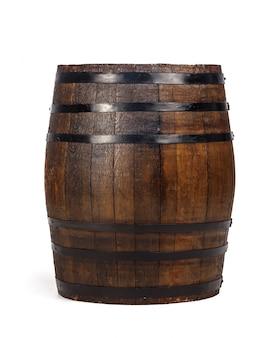 Barril de madera con anillos de hierro