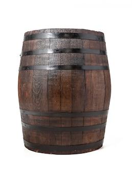 Barril de madera con aros de hierro. aislado.