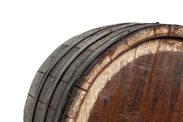 Barril de madera con aros de hierro.