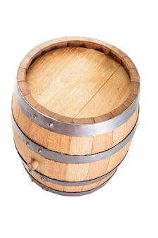Barril de madera para vino aislado en blanco
