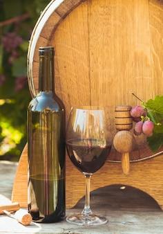 El barril de madera con vino en una mesa al aire libre. cultura de la bodega