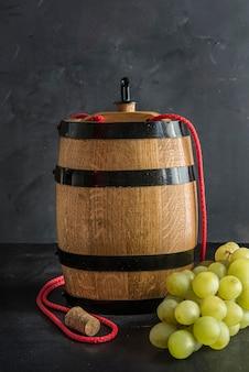 Barril de vino blanco sobre fondo oscuro