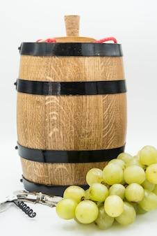 Barril de vino y uva en blanco