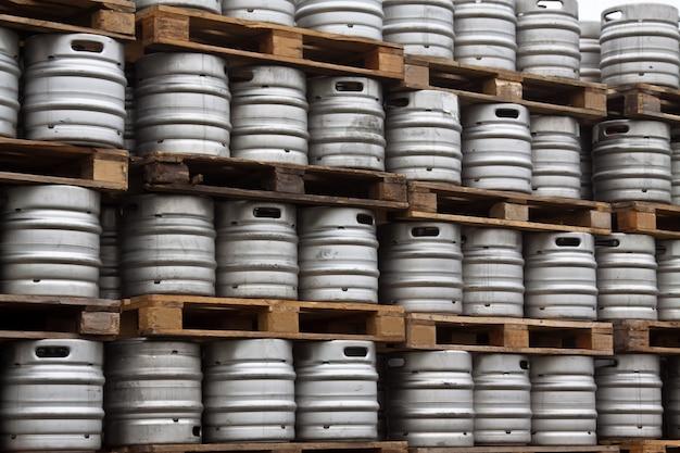 Barriles de cerveza en filas regulares