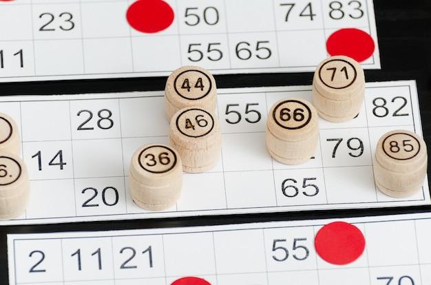 Barriles de lotería de madera, cartas y fichas para jugar