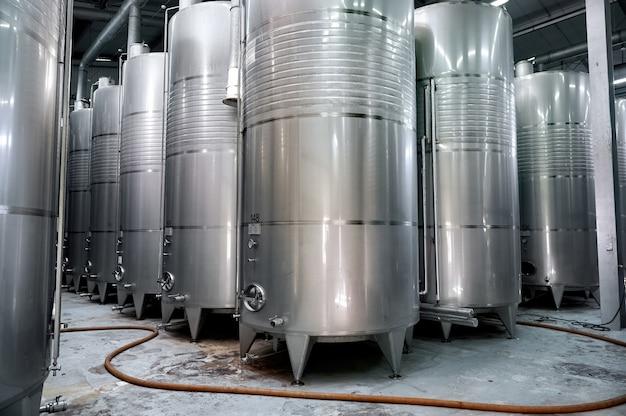 Barriles metálicos de vino en una bodega