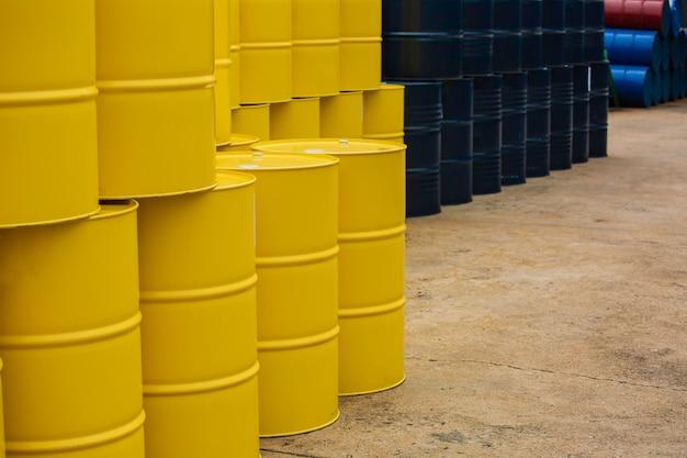 Barriles de petróleo amarillo o bidones químicos apilados verticalmente