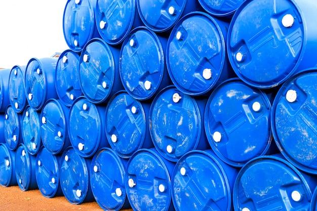 Barriles de petróleo o tambores químicos apilados