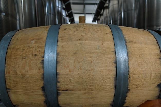Barriles de vino apilados en la antigua bodega de la bodega.