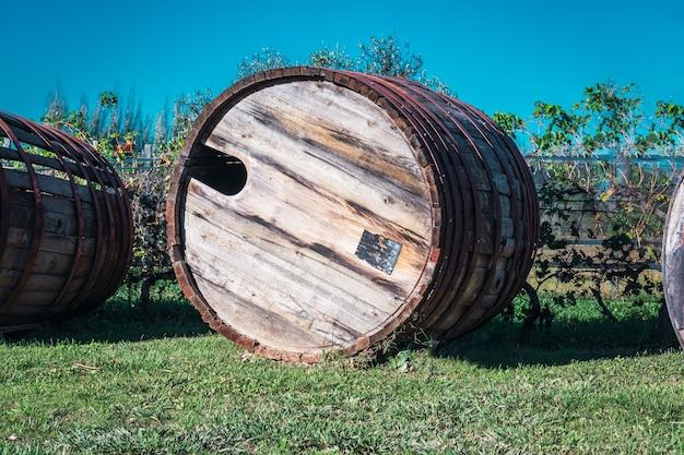 Barriles de vino viejos abandonados