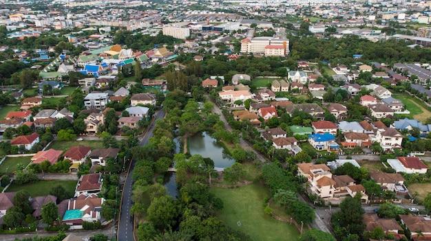 Barrio con casas residenciales y calzadas