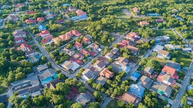 Barrio con casas residenciales y entradas