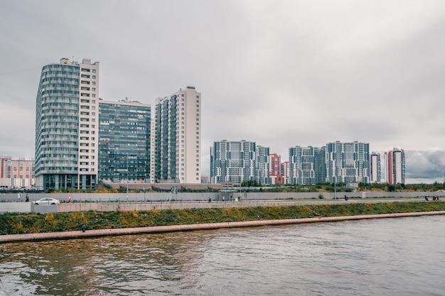 Barrio residencial en el suroeste de san petersburgo