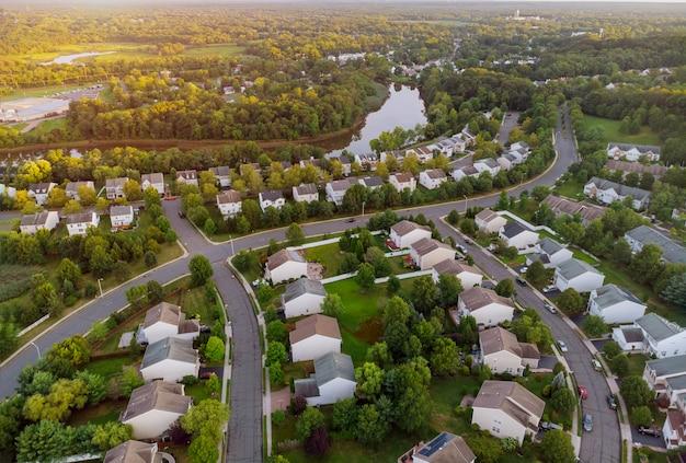 Los barrios residenciales del amanecer al atardecer sobre el pueblo cerca