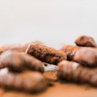 Barritas de chocolate con migas de cacao.