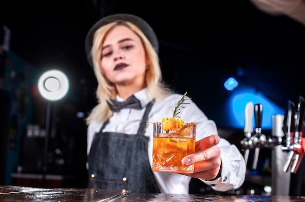 Bartender chica crea un cóctel en la brasserie