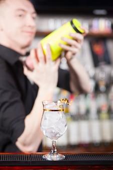 Bartender está haciendo cóctel