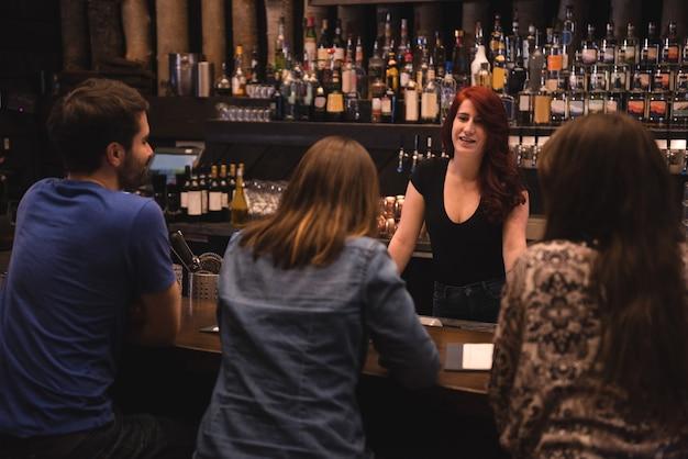 Bartender interactuando con los clientes
