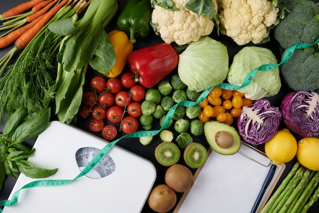 Báscula de adelgazamiento con verduras y frutas. concepto de dieta. vista superior.