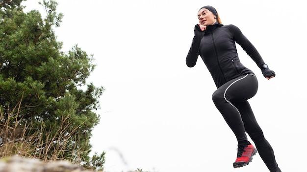 Basculador femenino deportivo de baja vista a la luz del día