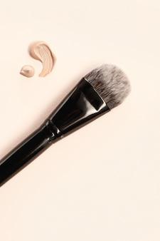 Base cosmética en crema y polvo con pincel