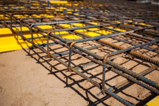 Base prefabricada de un marco de metal para verter una casa monolítica