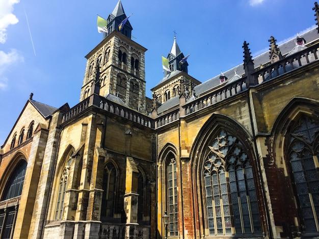 Basílica de san servatius en día soleado maastricht holanda