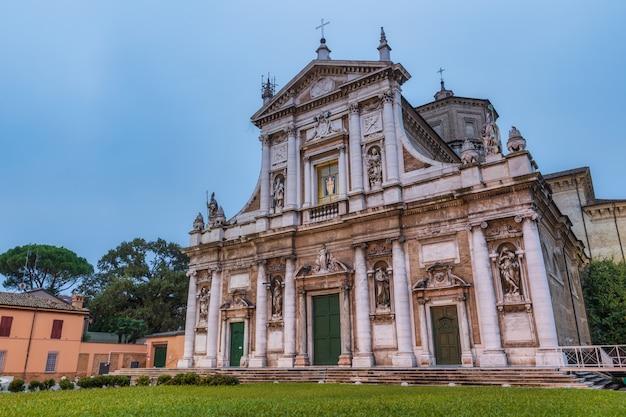 Basílica de santa maría en oporto al amanecer en rávena, italia