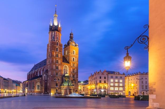 Basílica de santa maría en la plaza del mercado principal medieval en el casco antiguo en la noche lluviosa, cracovia