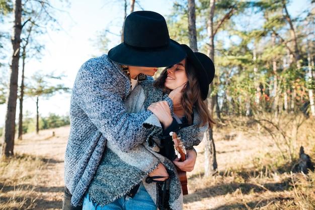 Bastante joven abrazando a su novia