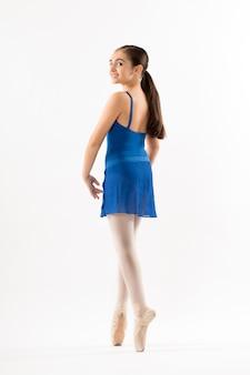 Bastante joven bailarina posando en punta