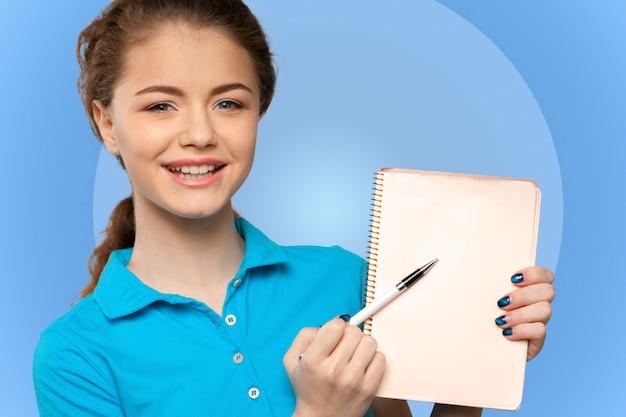 Bastante joven y bella mujer de pie, escribir, tomar notas