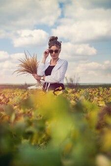 Bastante joven disfruta de las vacaciones de verano caminando en el campo rural, concepto felicidad salud libertad