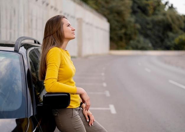 Bastante joven disfrutando de viaje por carretera