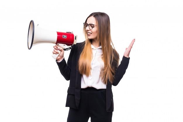 Bastante joven empresaria gritando por altavoz en un blanco