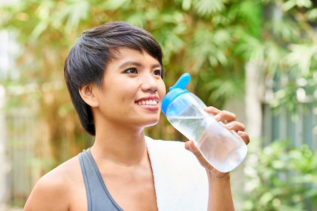 Bastante joven mujer agua potable