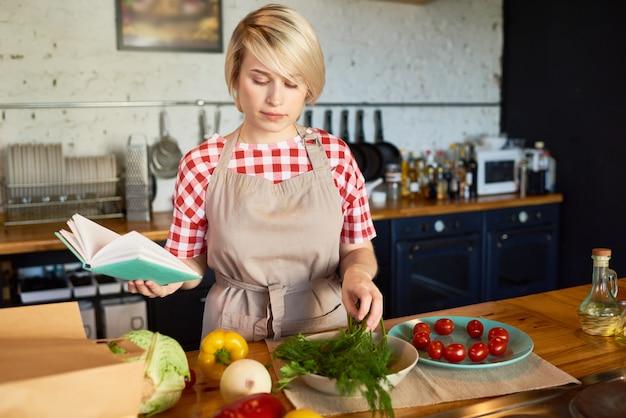 Bastante joven mujer cocinando en la cocina