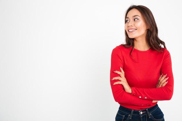 Bastante joven mujer feliz de pie con los brazos cruzados