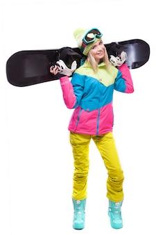Bastante joven mujer rubia en abrigo de nieve colorido mantenga snowboard