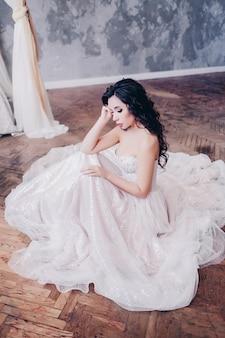 Bastante joven novia en vestido de novia