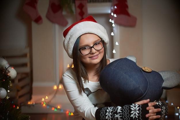 Bastante joven pasar la víspera de navidad en casa