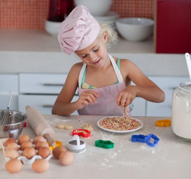 Bastante joven trabajando en la cocina