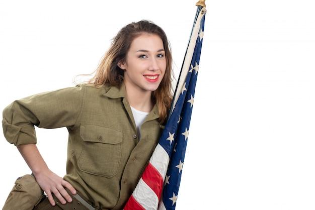 Bastante joven en uniforme de wwii con bandera americana