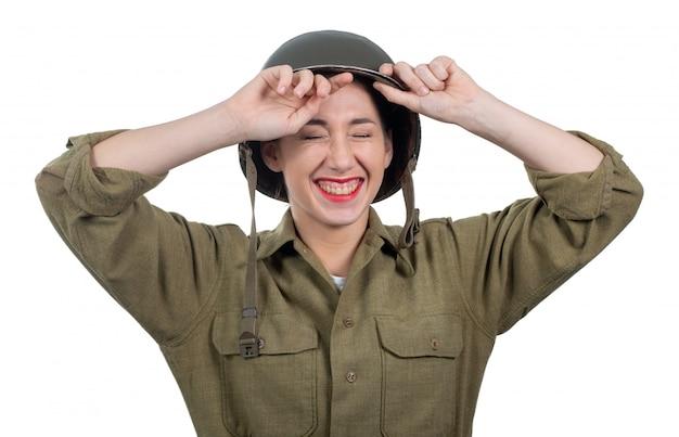Bastante joven vestida con uniforme militar americano ww2 con casco m1