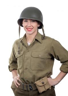 Bastante joven vestida con uniforme militar americano ww2 con casco